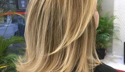 Каскад на средние волосы без челки: модный в 2021 с фото