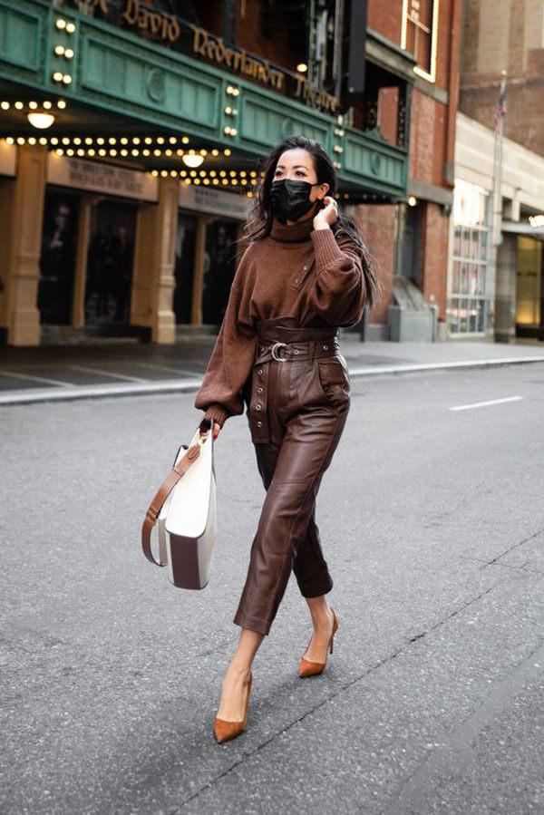 с чем носить кожаные коричневые брюки
